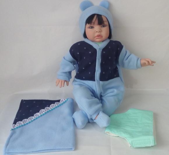 Macacão azul e acessórios para boneca bebê reborn