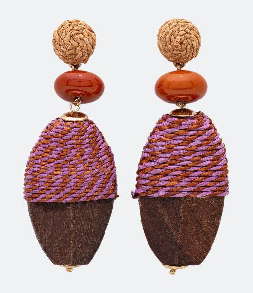 Maxi brinco com pingente madeira detalhe em corda