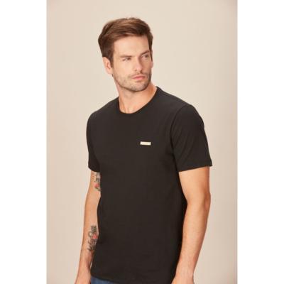 Camiseta masculina casual detalhe etiqueta acostamento