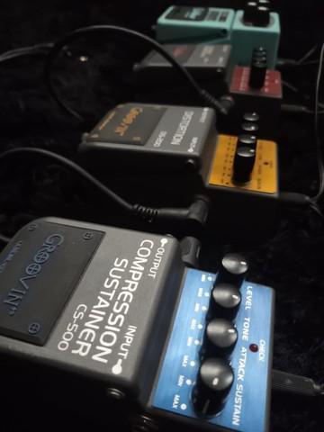 Kit com 4 pedais de guitarra + cabos + fonte