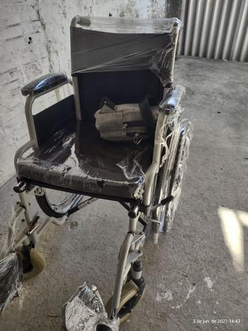 Cadeira de roda com assento acolchoado