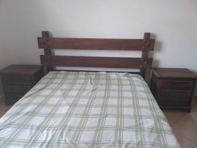 Cama casal madeira maciça com mesas de cabeceira