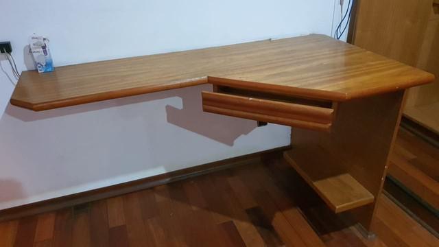 Mesa para computador feita em madeira maciça cerejeira