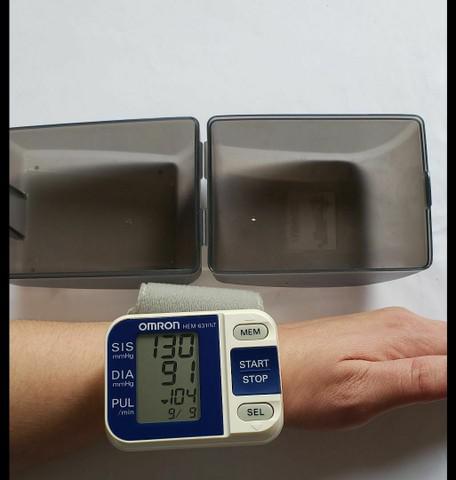 Aparelho de pressão arterial de pulso omron hem-631int