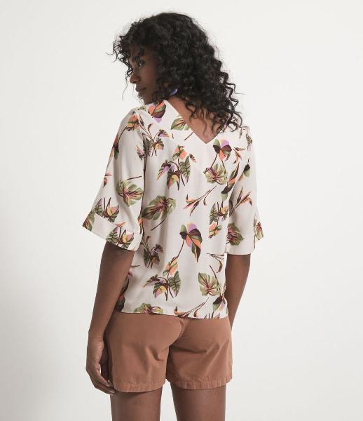 Blusa manga curta em viscose estampa folhagens coloridas