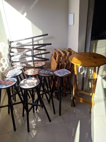 Mesas, bancos e bancada de madeira