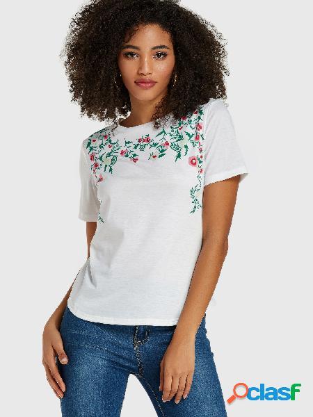 Camiseta branca de mangas curtas com estampa floral folha em volta do pescoço