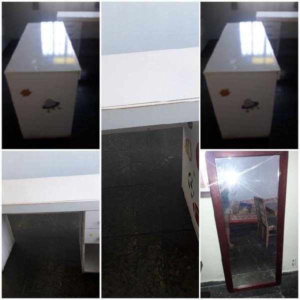 Uma mesa com um espelho.