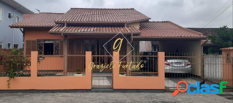 Casa semi mobiliada localizada bairro carianos - florianopolis - sc
