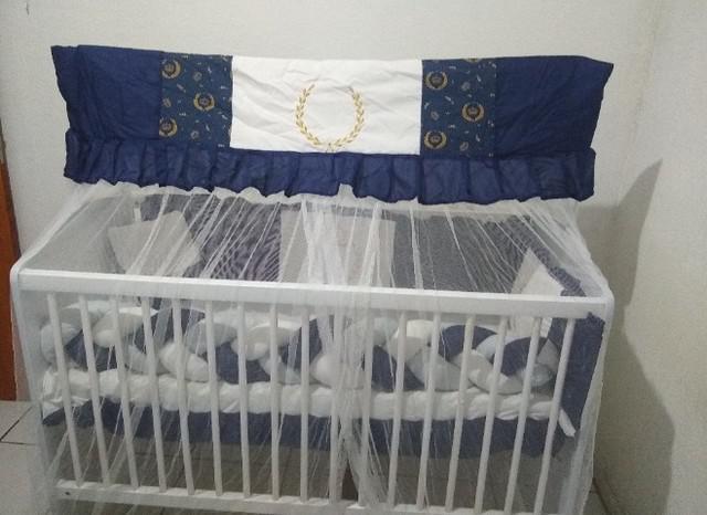 Berço completo com enxoval azul e branco com colchão