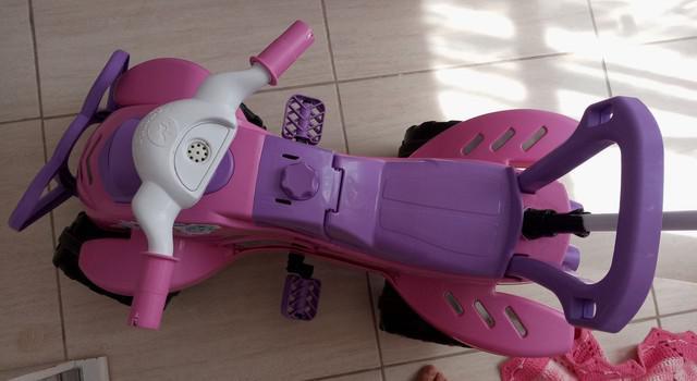Triciclo infantil com empurrador em excelente estado