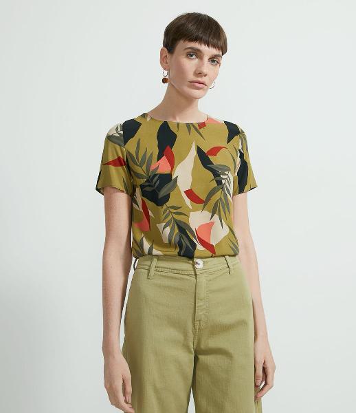 Blusa manga curta em viscose estampa folhagens com abertura