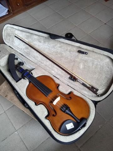 Violino dominante, novo.