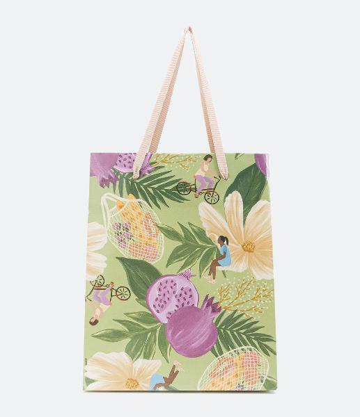 Embalagem de presente com estampa floral e romã