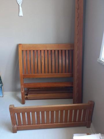 Cama em madeira maciça e colchão