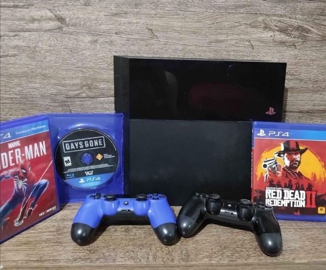 Ps4 fat 500gb 2 controles 3 jogos físicos 40 jogos digitais