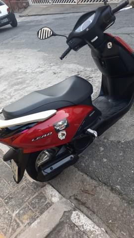 Moto lead vermelha com carenagem preta