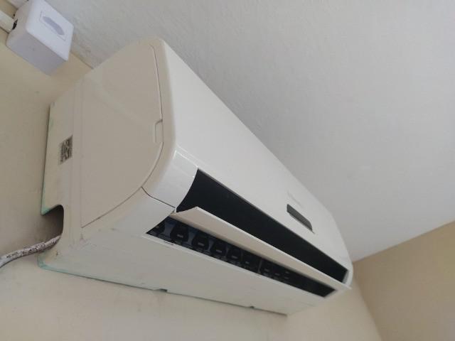 Ar condicionado, 9000 btus com controle e pouco tempo de uso