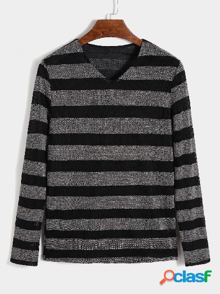 Suéter masculino de malha listrada com decote em V
