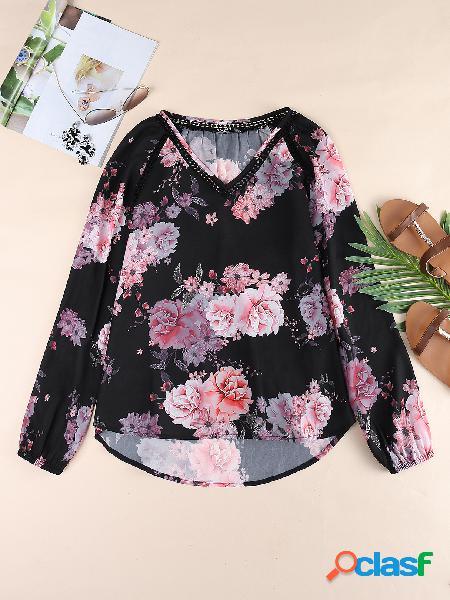 Blusa de mangas compridas com estampa floral preta aleatória com decote em v