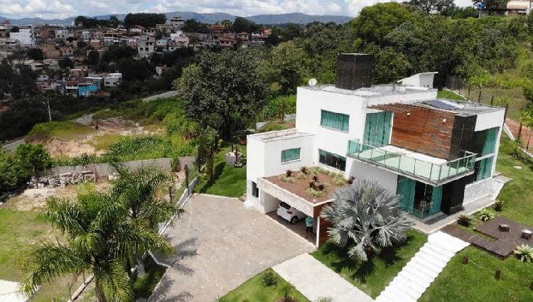 Casa de condomínio para venda tem 480 metros quadrados com