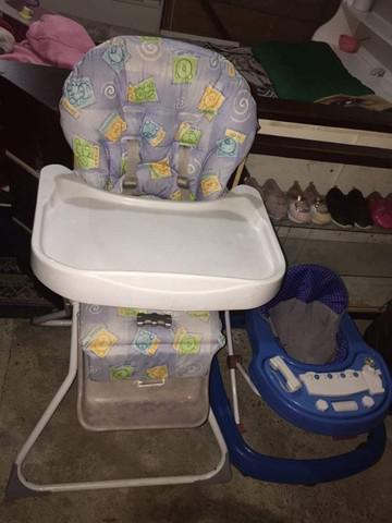 Cadeira de alimentação e andador azul