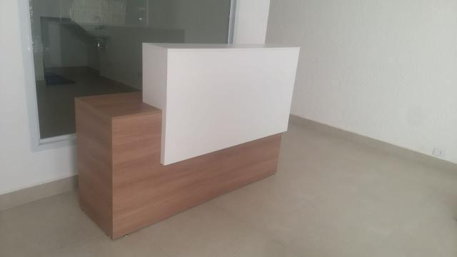 Balcão amadeirado com branco - recepção loja escritorio