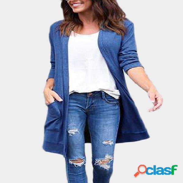Casaco azul causal com dois bolsos grandes e mangas compridas